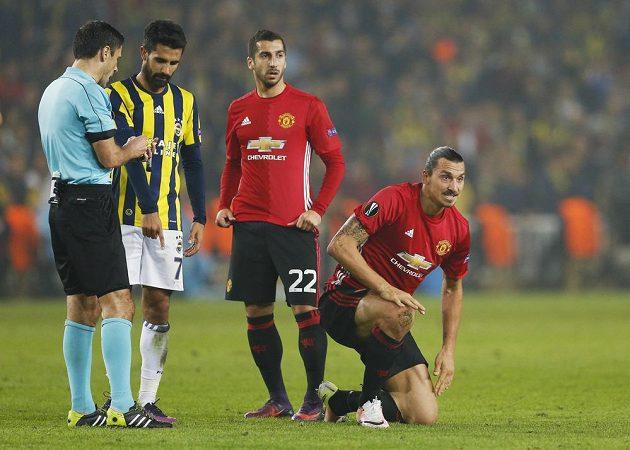 Henrik Mchitarjan (uprostřed) spolu se Zlatanem Ibrahimovicem v pohárovém duelu Manchesteru United proti Fenerbahce.