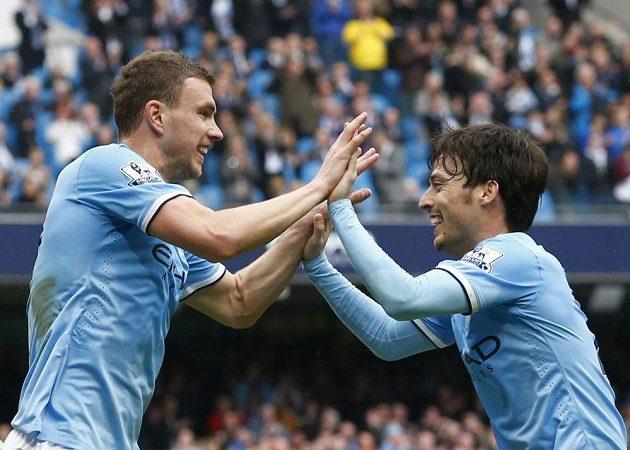 Útočník Manchesteru City Edin Džeko (vlevo) se raduje s Davidem Silvou z branky.