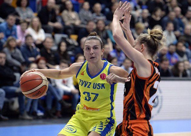 Basketbalistka Teja Oblaková z USK Praha se snaží prosadit v utkání Evropské ligy přes bránící Courtney Vanderslootovou z Jekatěrinburgu.