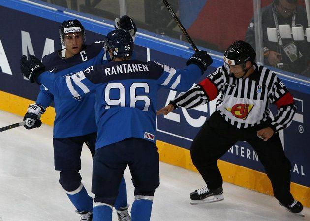 Rychlé finské vedení. Valtteri Filppula (vlevo) se raduje z gólu v síti českých hokejistů v utkání mistrovství světa. Gratulovat mu přijíždí spoluhráč Mikko Rantanen.