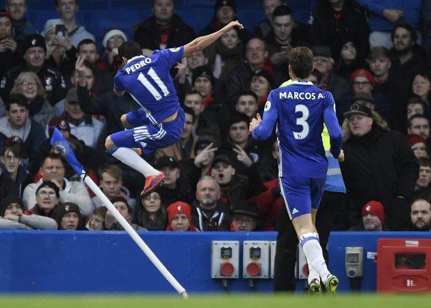 Radost záložníka Chelsea Pedra (vlevo) po vstřeleném gólu do sítě Bournemouthu.