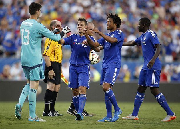 Belgický brankář Thibault Courtois (vlevo) slaví vítězství v zápase International Champions Cupu proti PSG, ve kterém londýnský celek vyhrál až na penalty.
