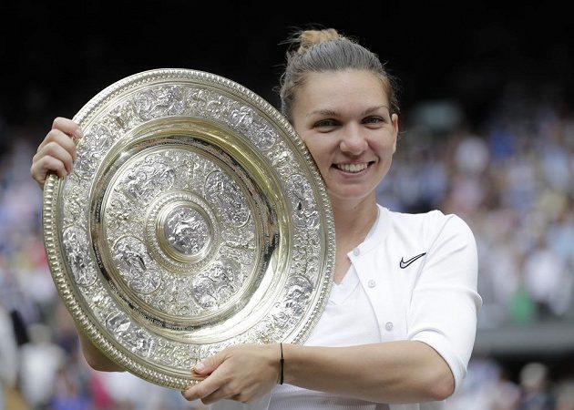 Simona Halepová s trofejí za vítězství ve Wimbledonu