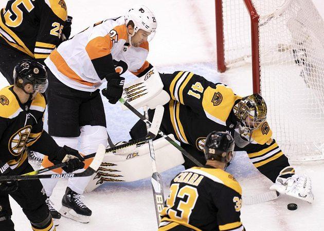 Brankář Bostonu Bruins Jaroslav Halák (41) kryje puk během utkání s Philadelphií Flyers.