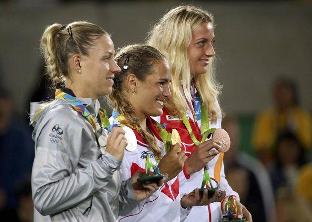 Medailový ceremoniál nejlepších singlistek: (zleva) stříbrná Němka Angelique Kerberová, vítězka Mónica Puigová z Portorika a bronzová Petra Kvitová.
