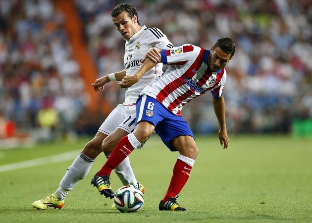 Záložník Atlétika Madrid Koke (vpravo) bojuje o míč s Garethem Balem z Realu Madrid.