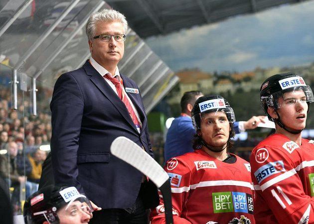 Zleva trenér Rakouska Roger Bader a jeho svěřenci Manuel Ganahl a Felix Maxa.