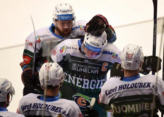 Hokejisté Karlových Varů se v Třinci radují z vyrovnávacího gólu, který dal Václav Skuhravý (druhý zprava).