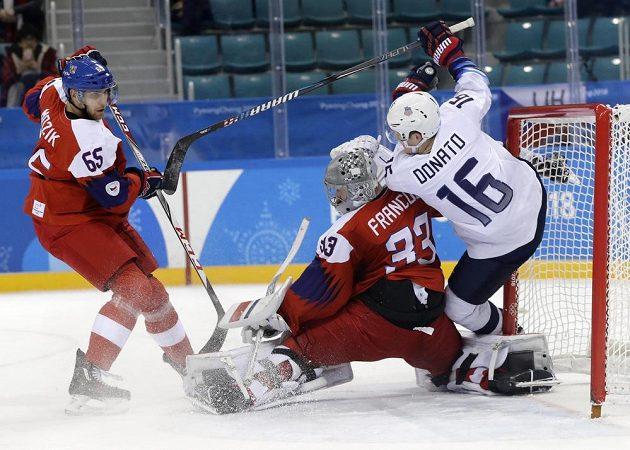 Velkou bitvu přinesl úvodní čtvrtfinálový duel mezi českými hokejisty a USA. Na snímku Ryan Donato padá po zákroku Vojtěcha Mozíka (vlevo) do branky Pavla Francouze.