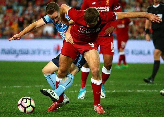 Liverpoolský Steven Gerrard (vpředu) v souboji se sydneyským Brandonem O'Neillem.