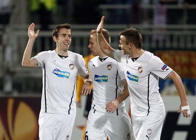 Plzeňští fotbalisté zleva Tomáš Hořava, Daniel Kolář a Stanislav Tecl se radují z vedoucí branky v osmifinále Evropské ligy na hřišti Lyonu.