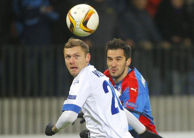 Fotbalista Dinama Minsk Oleg Veretilo (vlevo) a plzeňský Aidin Mahmutovič v souboji o míč.