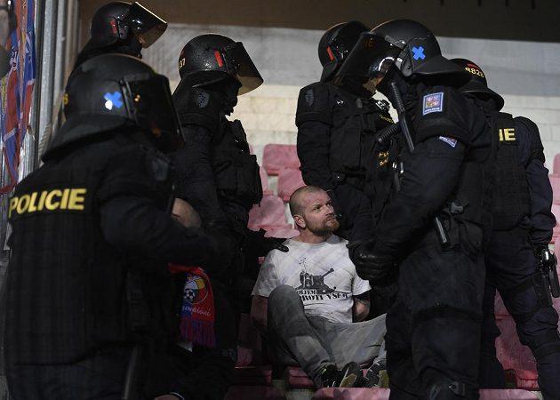 Policie zasahuje v sektoru plzeňských fanoušků během utkání se Spartou.