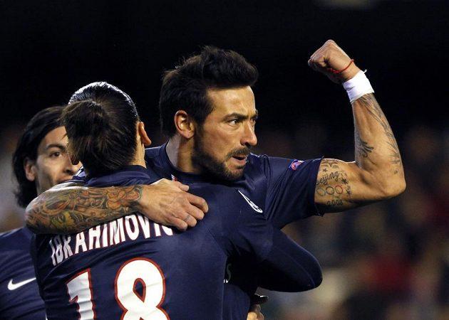 Ezequiel Lavezzi z Paris Saint-Germain (vpravo) se raduje se Zlatanem Ibrahimovicem z gólu do sítě Valencie.