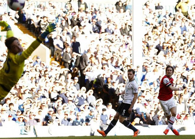Fotbalista Arsenalu Tomáš Rosický (vpravo) střílí gól za záda brankáře Tottenhamu Hugo Llorise.