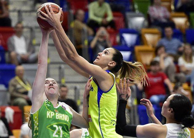 Barbora Holubová z KP Brno a Marija Režanová z USK v souboji během finále play off basketbalové ligy žen.