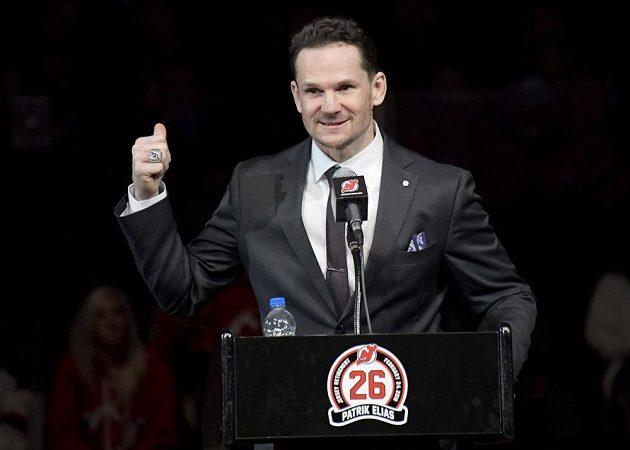 Úsměvy střídaly slzy. Bývalý útočník New Jersey Devils Patrik Eliáš během slavnostního ceremoniálu v hale Devils, kde byl vyvěšen dres českého útočníka pod strop haly.