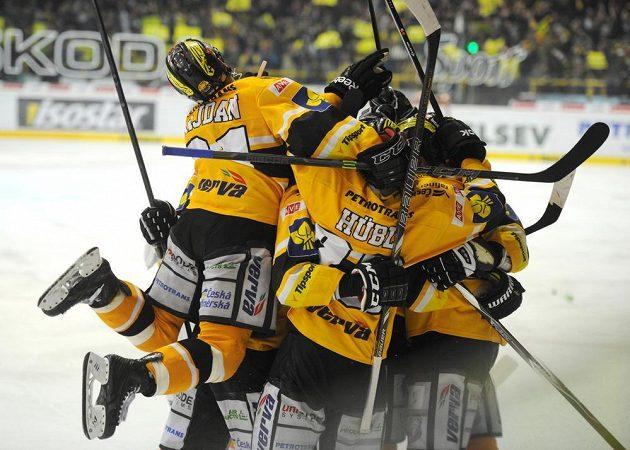 Erupce nadšení na Zimním stadiónu Ivana Hlinky! Hokejisté Litvínova se radují z postupu do finále extraligy.
