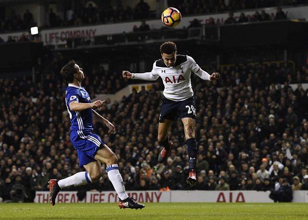 Tottenhamský Dele Alli skóruje proti Chelsea.