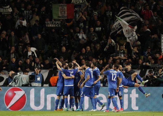 Fotbalisté Juventusu se radují z gólu proti Monaku v semifinále Ligy mistrů.