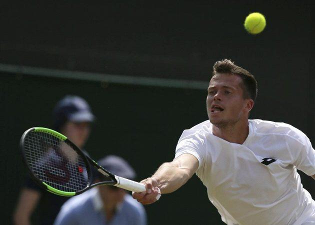 Adam Pavlásek v zápase 2. kola Wimbledonu proti Novaku Djokovičovi.