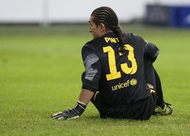 Smutný brankář Barcelony Jose Manuel Pinto.
