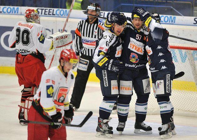 Hokejisté Vítkovic se radují z gólu v síti Hradce Králové. Uprostřed je autor branky Rostislav Olesz.
