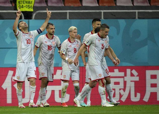 Historická chvíle. Fotbalisté Severní Makedonie slaví první gól své země na EURO, postaral se o něj Goran Panděv (vlevo).
