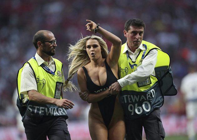 Finále fotbalové Ligy mistrů v Madridu narušila kráska v plavkách, když během utkání vběhla na trávník a museli ji zkrotit strážci pořádku.