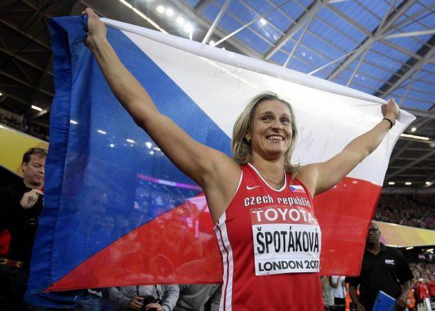 Stejně jako před pěti lety na OH! Oštěpařka Barbora Špotáková s českou vlajkou slaví v Londýně triumf.