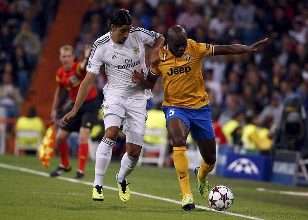 Sami Khedira z Realu Madrid (vlevo) bojuje o míč s Angelem Ogbonnou z Juventusu.