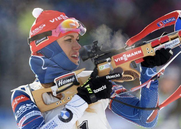 Gabriela Koukalová na střelnici při SP v Oberhofu.