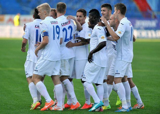 Fotbalisté Baníku Ostrava slaví gól proti Brnu, který si do vlastní sítě nešťastně vstřelil obránce Zbrojovky Jakub Jugas (není na snímku).
