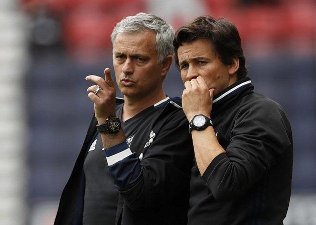 Kouč Manchesteru United José Mourinho (vlevo) a jeho asistent Rui Faria při utkání ve Wiganu.