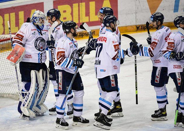Hokejisté Liberce se radují po konci utkání.