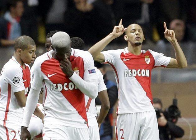 Fotbalisté Monaka se radují z druhého gólu do sítě Manchesteru City, který vstřelil Fabinho (vpravo).
