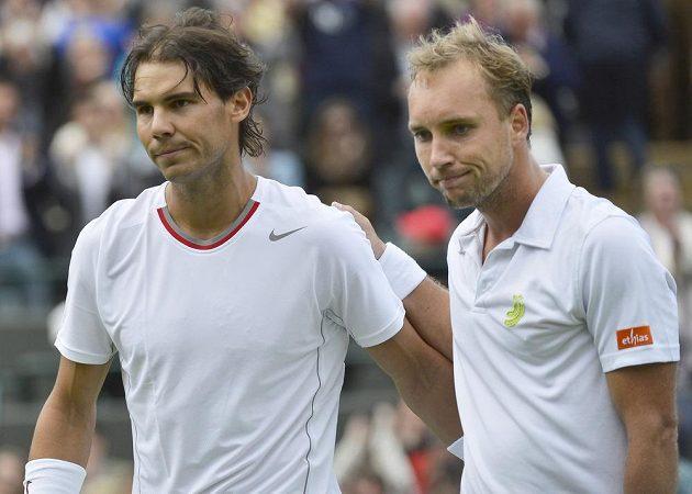 Vlevo zklamaný Rafael Nadal a jeho přemožitel Steve Darcis z Belgie.