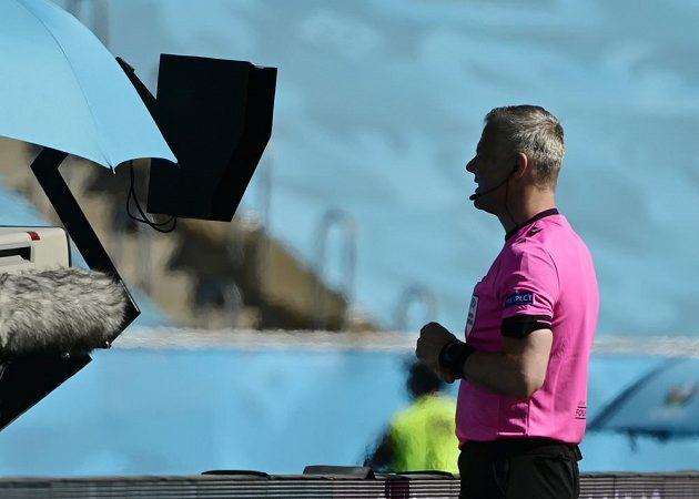 Rozhodčí Bjorn Kuipers po konzultaci u systému VAR nařídil penaltu proti Slovensku během utkání EURO. Španělé ji ale neproměnili.