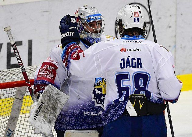 Hráči Kladna Denis Godla a Jaromír Jágr se radují z výhry nad Spartou.