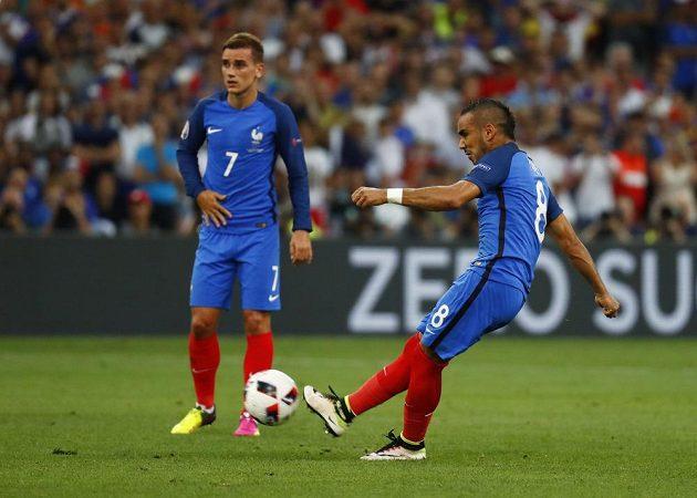 Francouz Dimitri Payet střílí ze standardní situace v zápase s Německem.