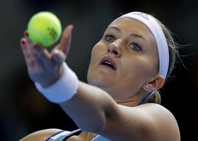 Francouzka Kristina Mladenovicová podává v zápase s Karolínou Plíškovou.