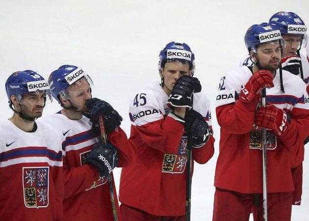 Smutní hokejisté české reprezentace po vyřazení ve čtvrtfinále mistrovství světa.