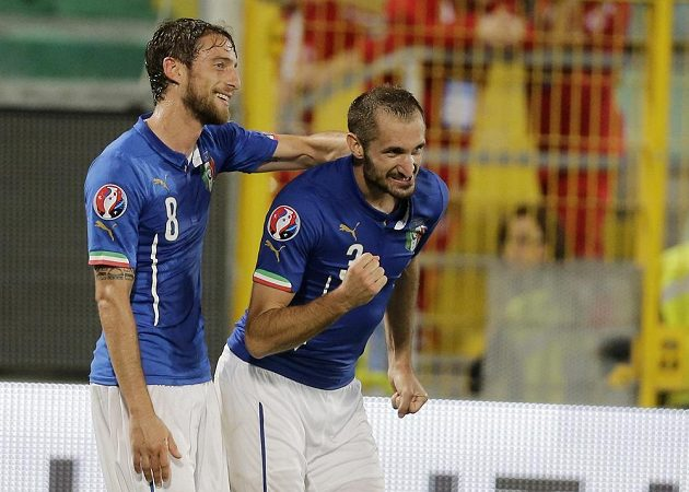 Italský obránce Giorgio Chiellini se raduje ze svého gólu v kvalifikačním duelu proti Ázerbájdžánu. Vlevo je jeho spoluhráč Claudio Marchisio.
