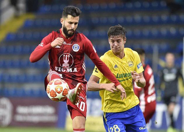 Zleva Jakub Yunis z Olomouce a střelec jediného gólu zápasu Jakub Kolář ze Zlína.