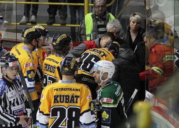 Zraněný litvínovský útočník Peter Jánský odchází z ledu.