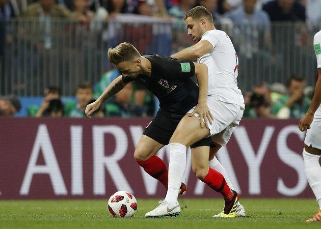 Chorvatský fotbalista Ivan Rakitič (vlevo) v souboji s Angličanem Jordanem Hendersonem.