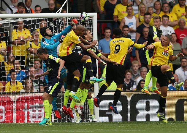 Brankář Arsenalu Petr Čech boxuje balón v utkání s Watfordem.