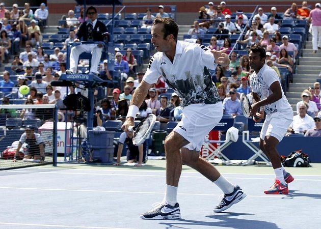 Radek Štěpánek (vlevo) vrací úder ve finále čtyřhry US Open.