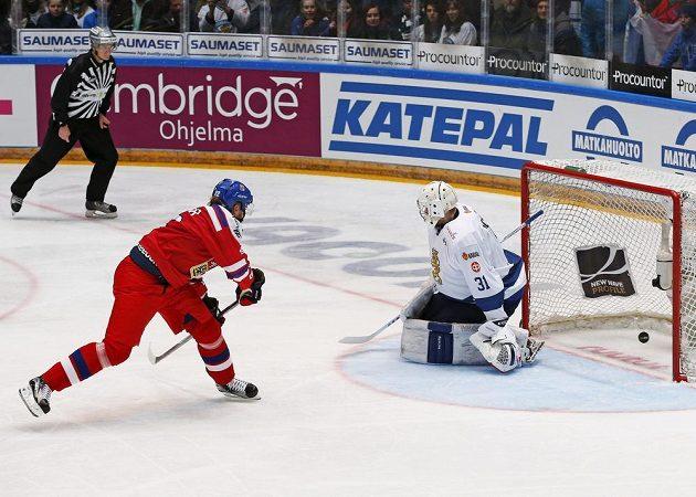 Český útočník Lukáš Kašpar překonává z trestného střílení finského brankáře Mikku Koskinena.