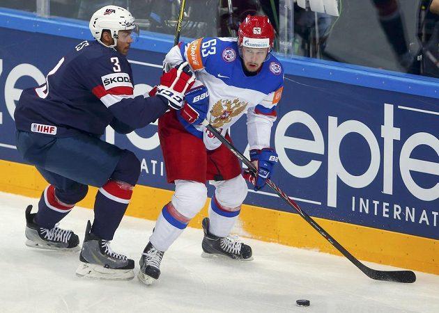 Američan Jones (vlevo) a Rus Dadonov během semifinálové bitvy.